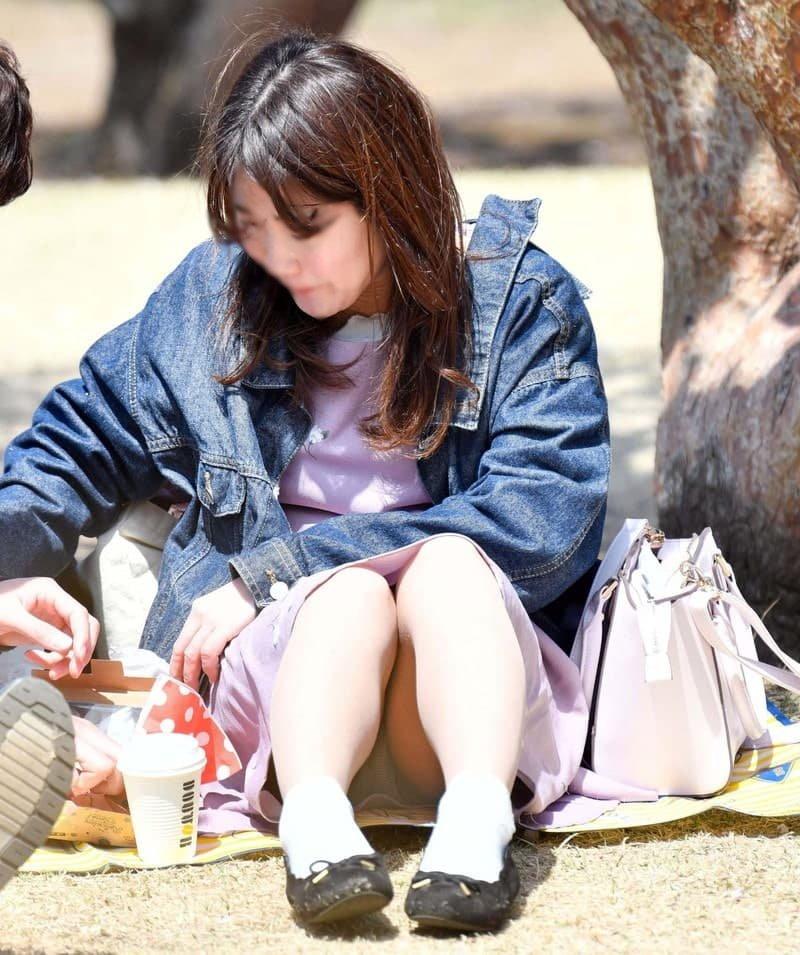 三角座りでパンチラしてる素人女子 (10)