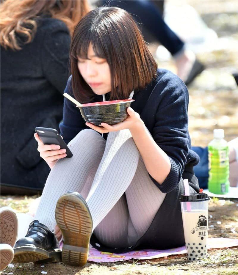三角座りでパンチラしてる素人女子 (6)