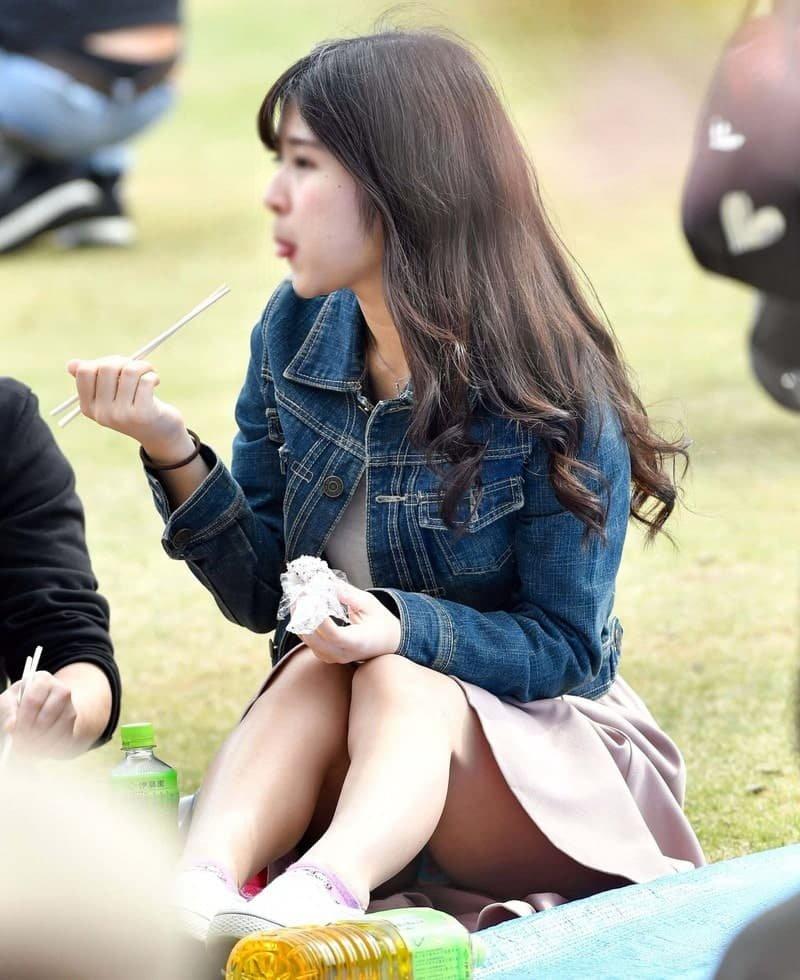 三角座りでパンチラしてる素人女子 (12)
