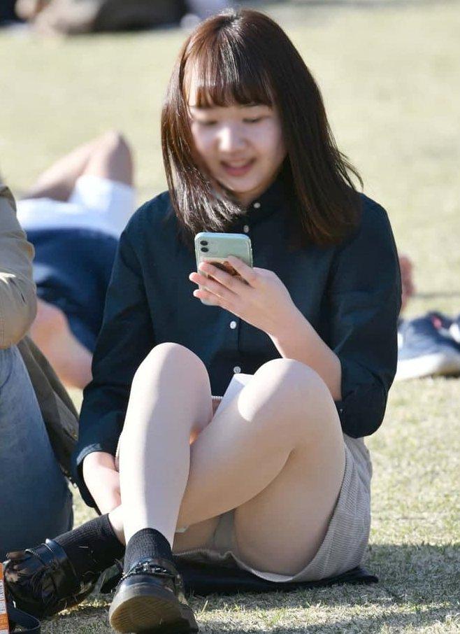 三角座りでパンチラしてる素人女子 (16)