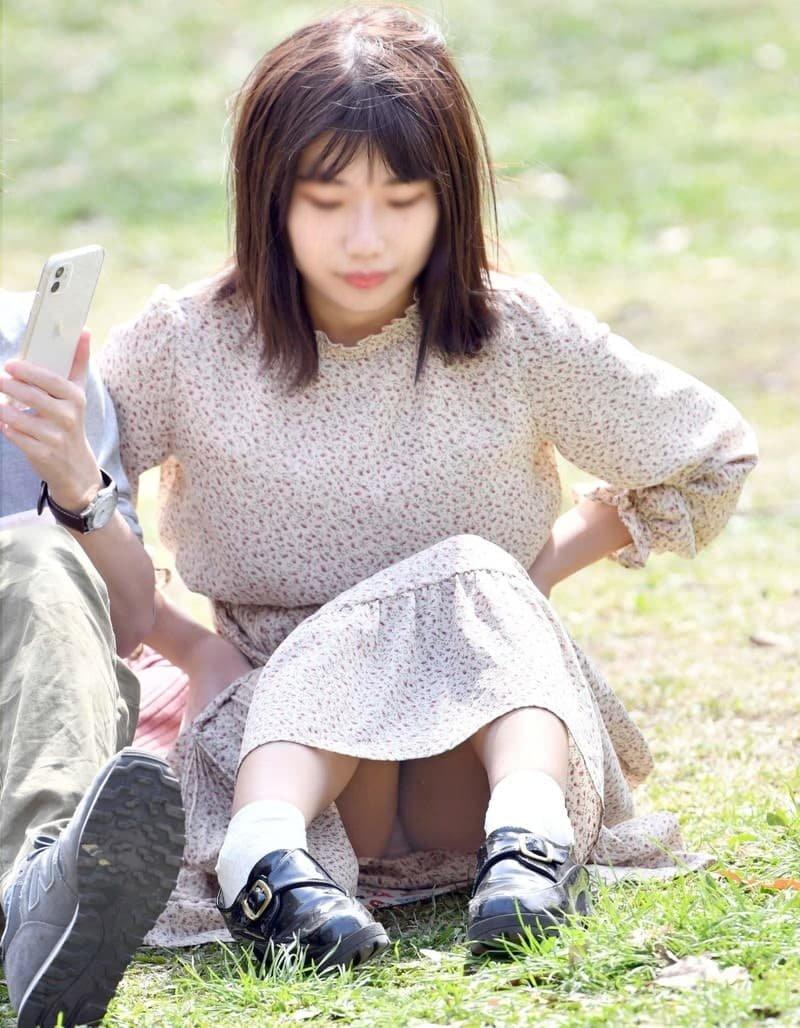 三角座りでパンチラしてる素人女子 (15)