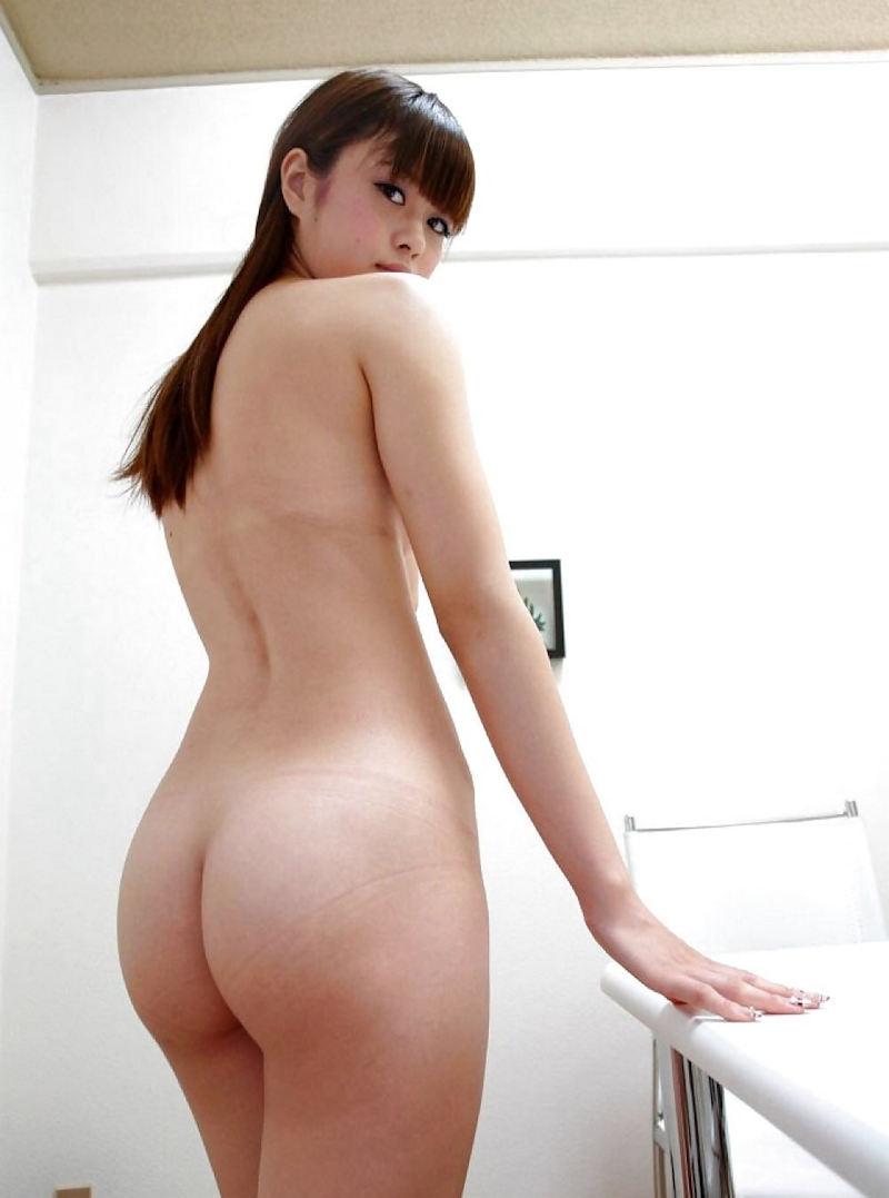 背中も腰も尻も美しい女性 (13)