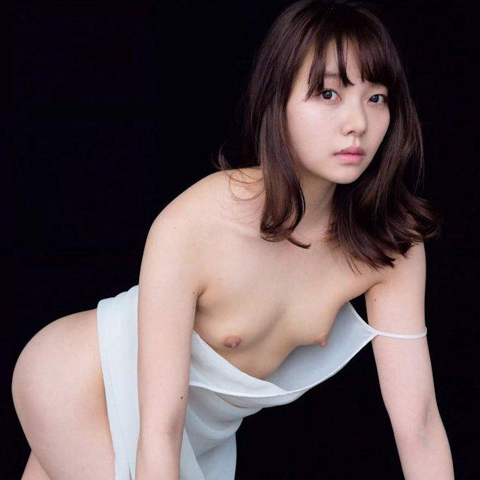 スレンダー貧乳のヌード美女 (1)