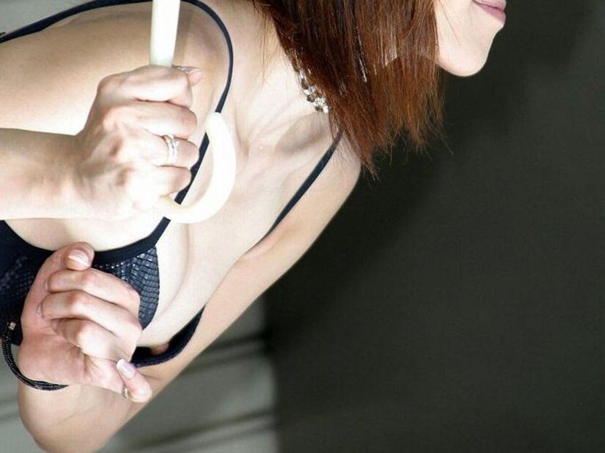 乳首チラしてるコンパニオン (10)