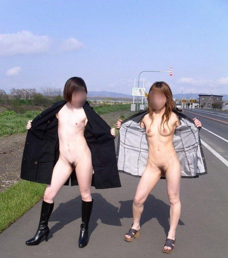 街の中で全裸になる露出狂 (18)