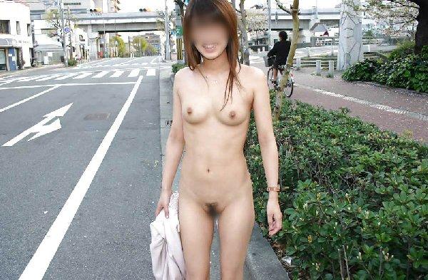 街の中で全裸になる露出狂 (3)