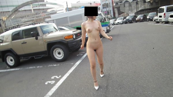 街の中で全裸になる露出狂 (6)