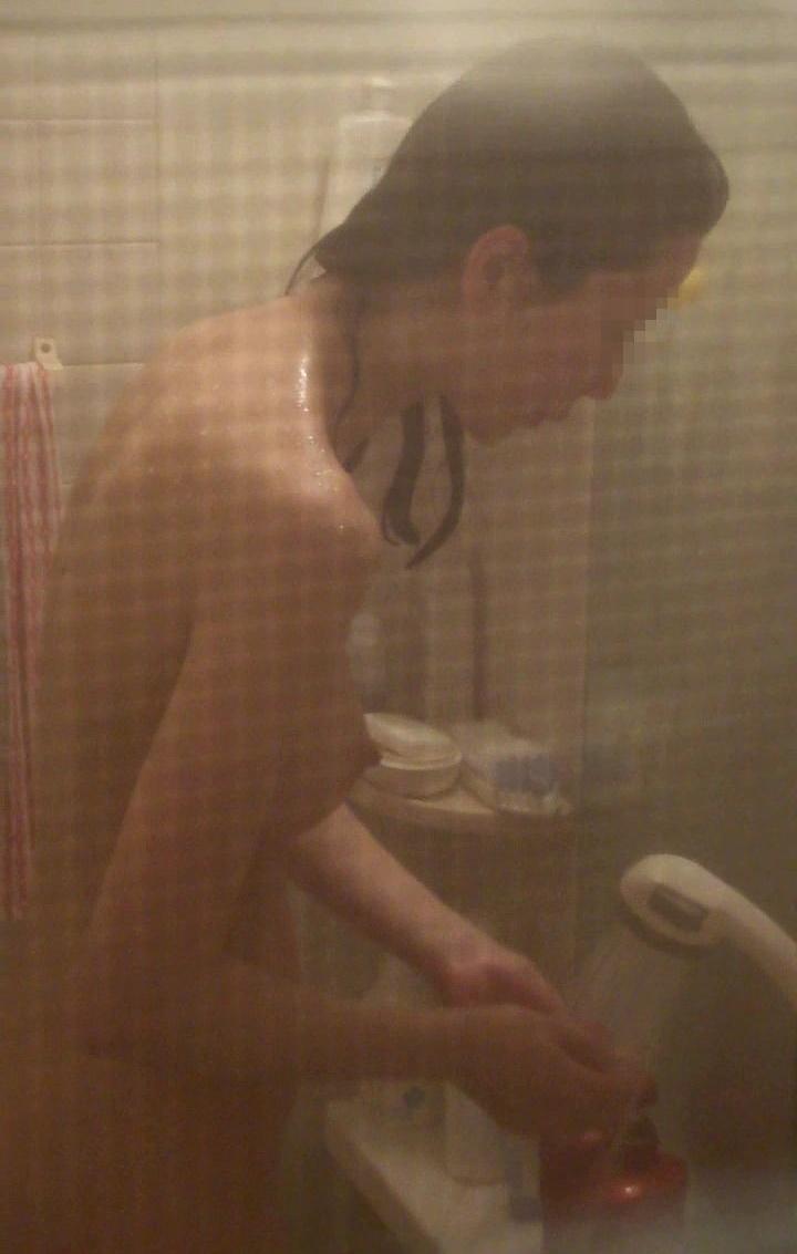 風呂場の窓から見えた素っ裸の女性 (18)