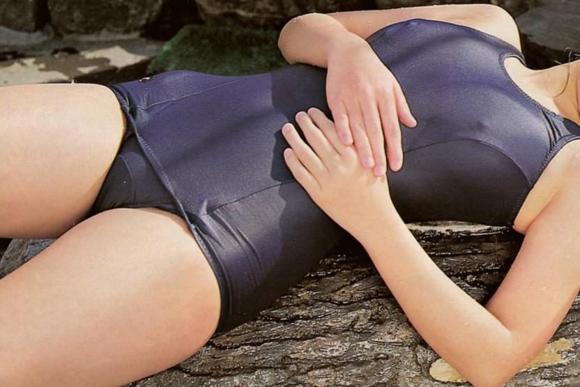 スクール水着でエロさが増す女性 (5)