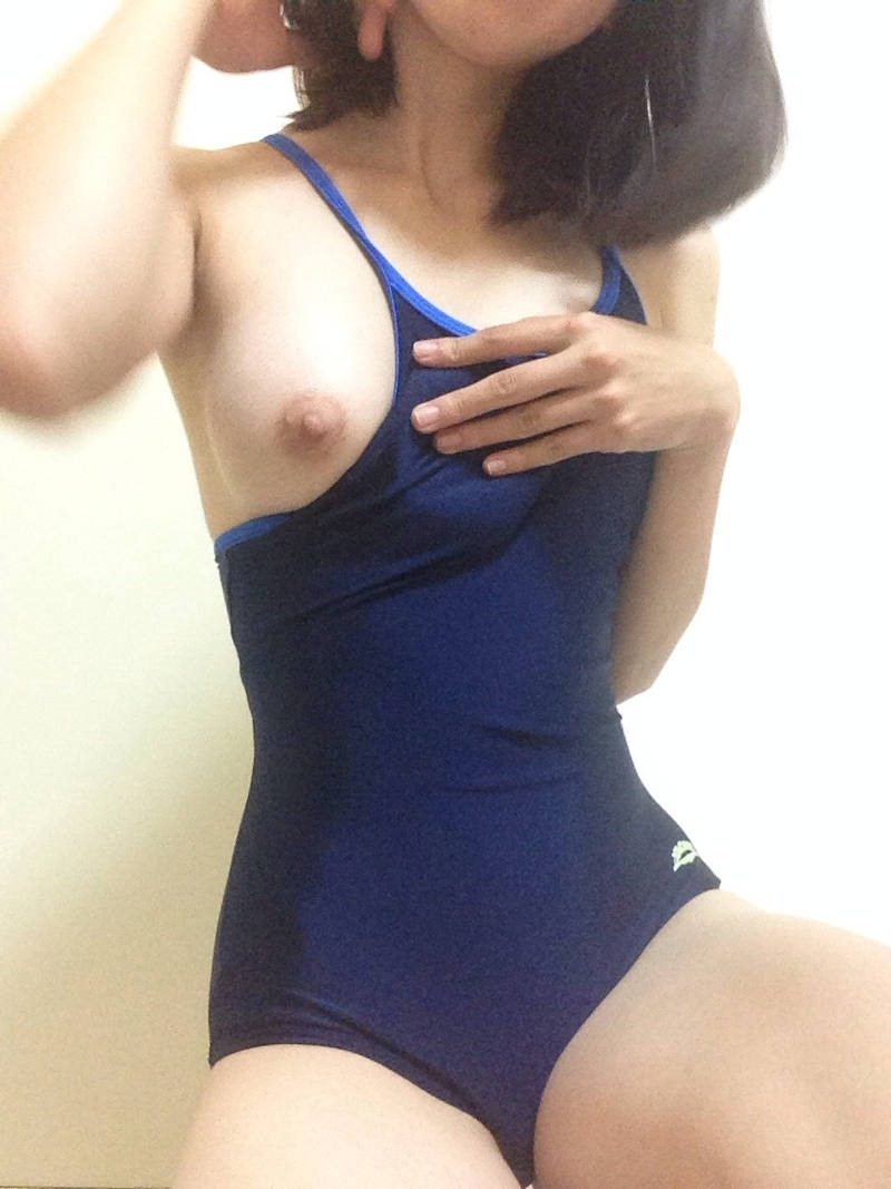 スクール水着でエロさが増す女性 (2)
