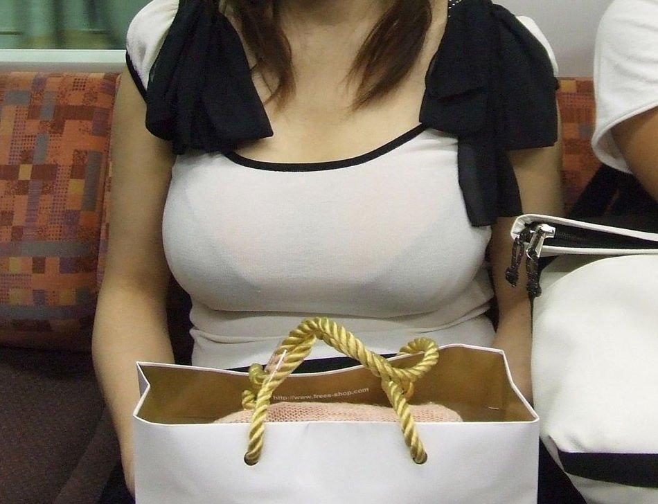 着衣でブラジャーも透けてる巨乳女性 (11)