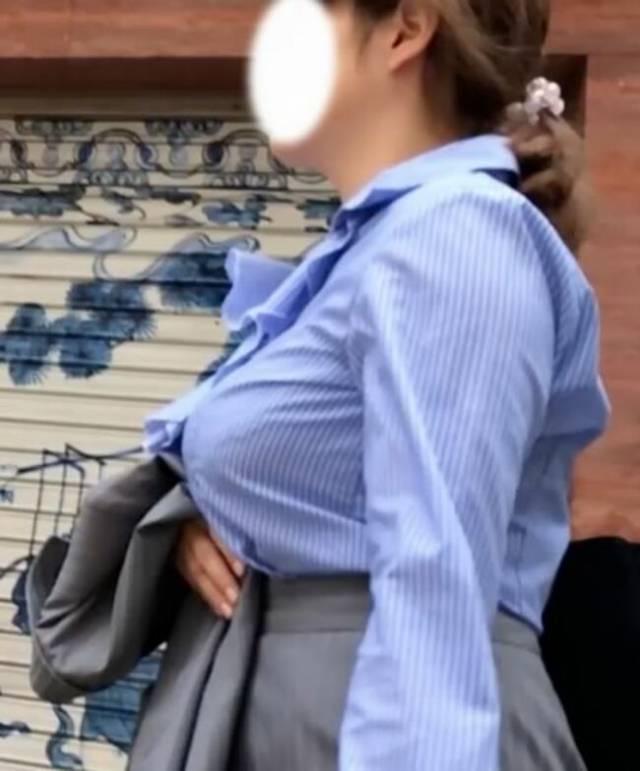 着衣でブラジャーも透けてる巨乳女性 (18)