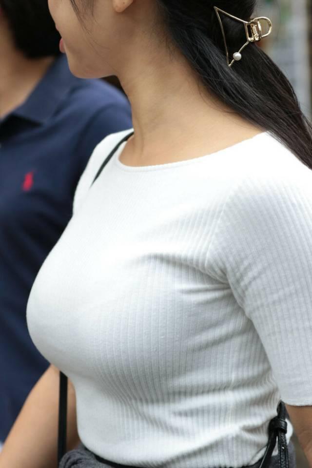 着衣でブラジャーも透けてる巨乳女性 (7)