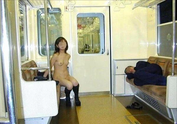 電車の中で全裸になっちゃう変態女性 (6)