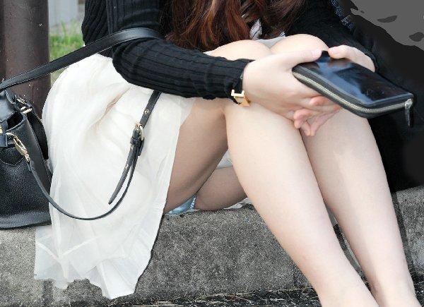 座ってパンチラする素人女子 (18)