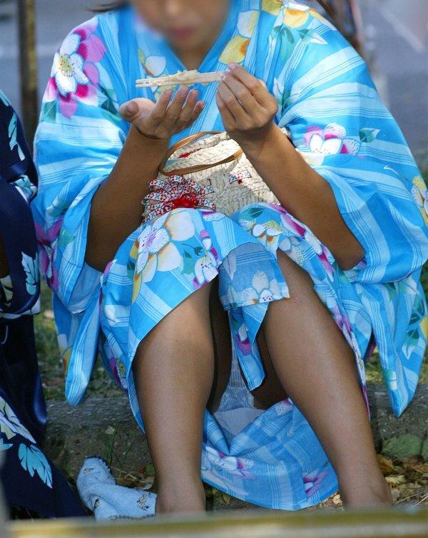 浴衣女子が座りパンチラ (4)