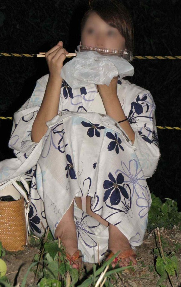 浴衣女子が座りパンチラ (16)