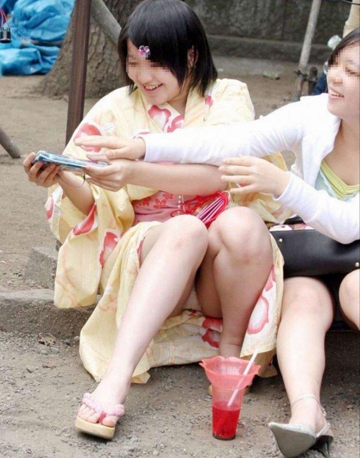 浴衣女子が座りパンチラ (7)