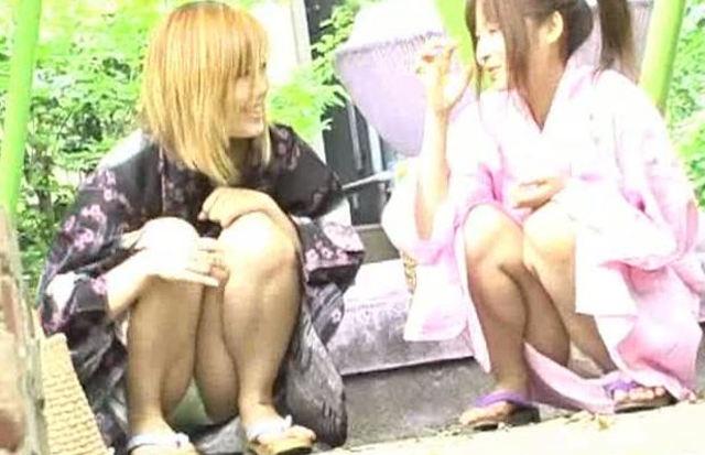 浴衣女子が座りパンチラ (12)