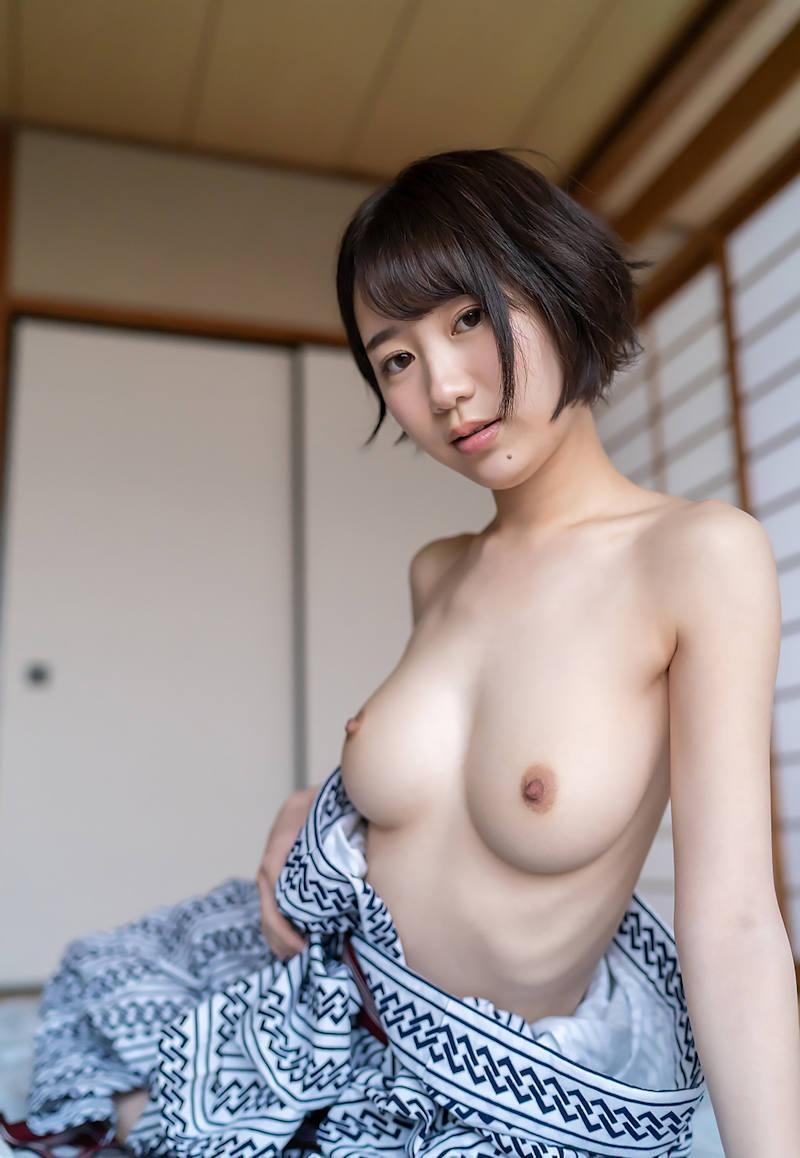 浴衣をはだけて裸になる美女 (2)