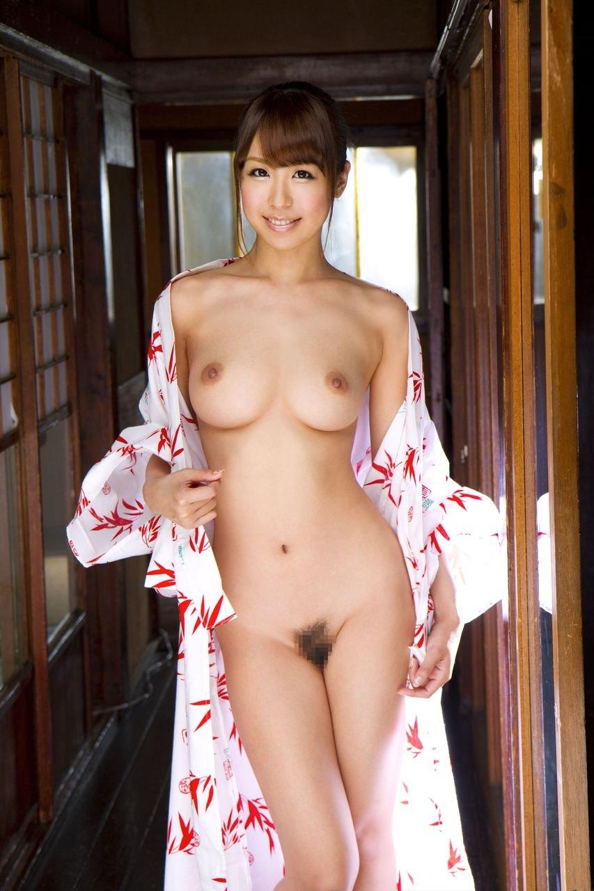 浴衣をはだけて裸になる美女 (16)