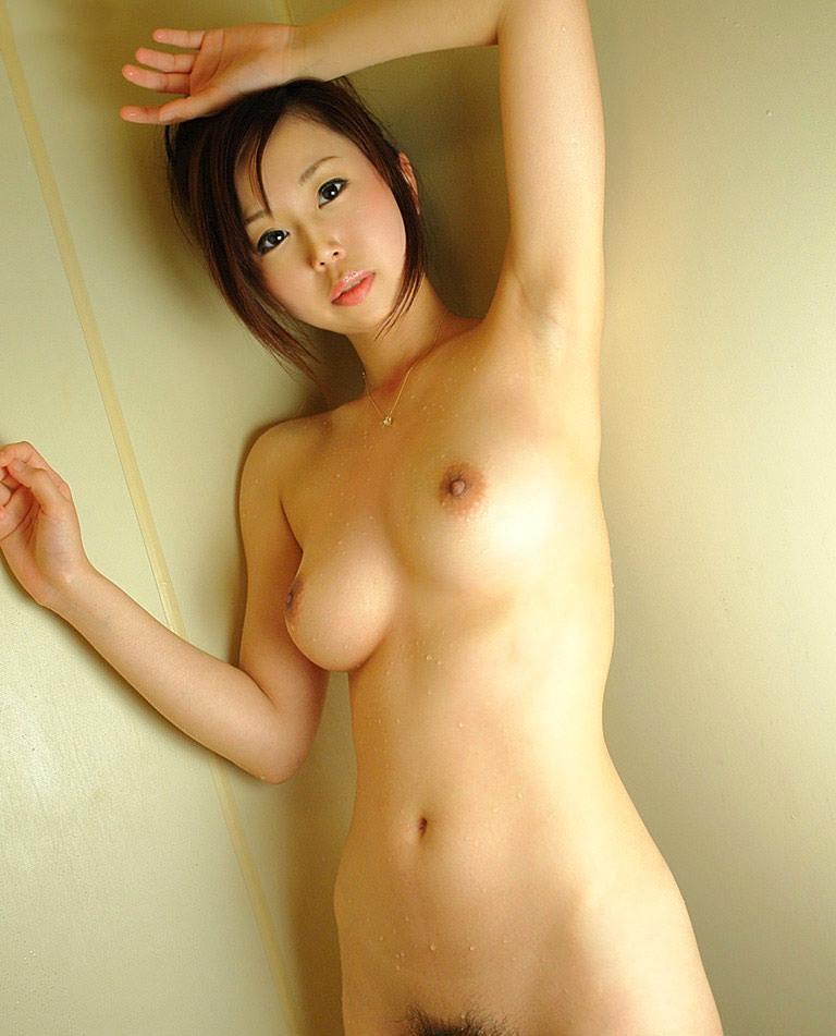 脇の下とオッパイを露出する美女 (11)