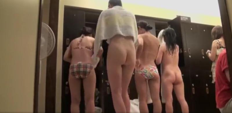 銭湯の女湯で脱衣中の素人女子 (11)