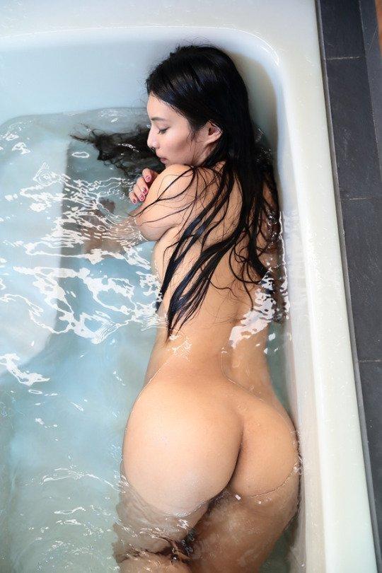 生尻が濡れて光る風呂場の女性 (5)