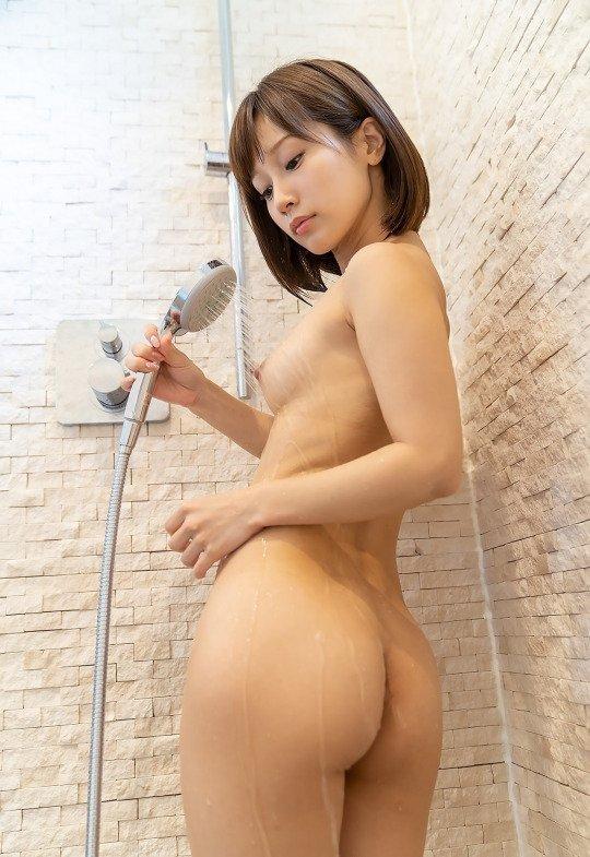 生尻が濡れて光る風呂場の女性 (7)