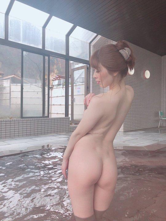 生尻が濡れて光る風呂場の女性 (17)