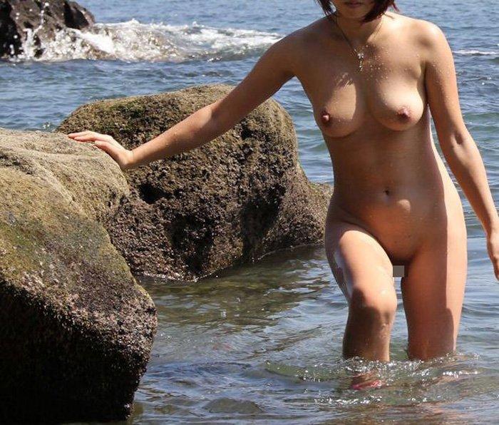 ビーチで野外露出する素人女子 (4)