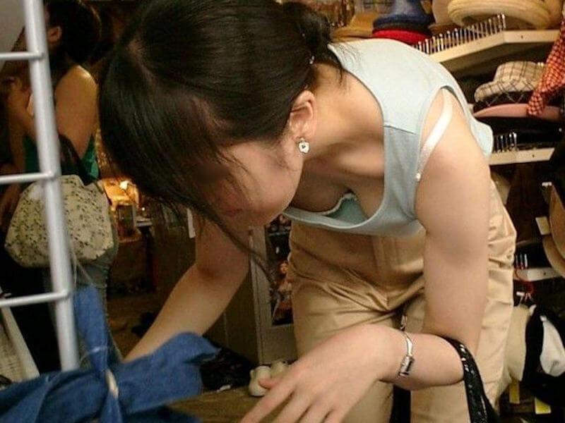 店内で前屈みになって胸チラ (7)