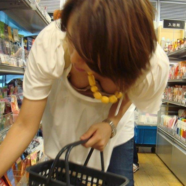 買い物に夢中の素人娘たちって胸チラしやすいのね