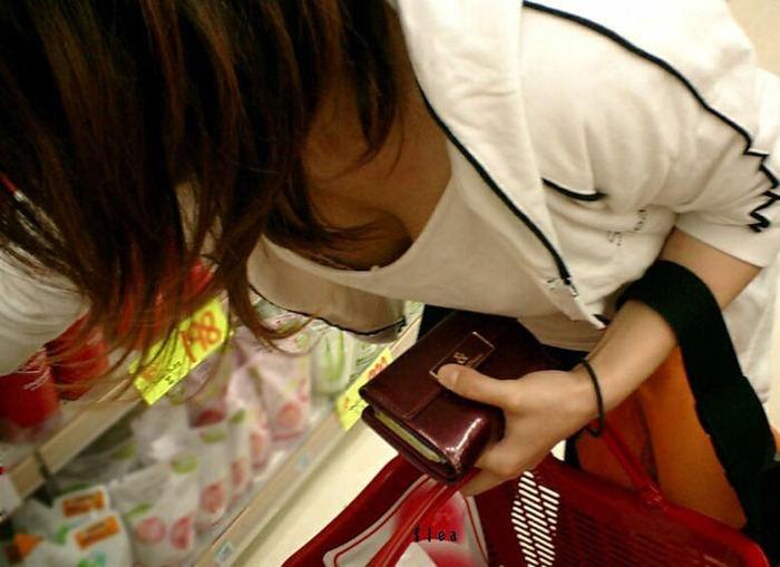 店内で前屈みになって胸チラ (4)