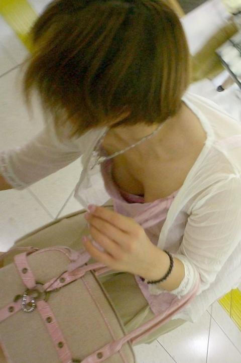 店内で前屈みになって胸チラ (11)