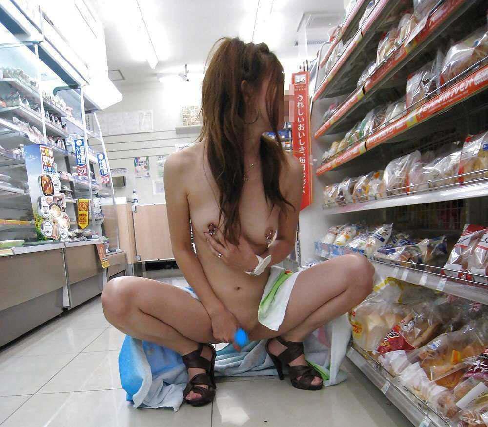 どこでも素っ裸になる露出狂 (16)
