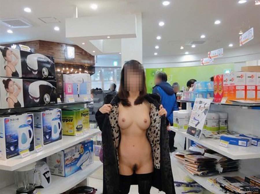 どこでも素っ裸になる露出狂 (15)