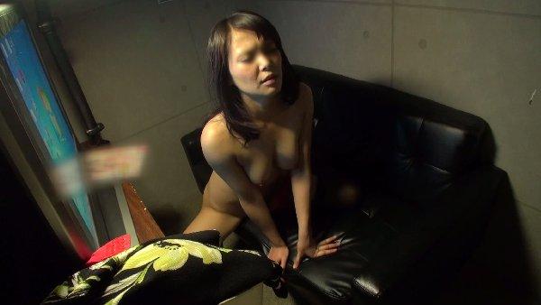ネットカフェでオナニーしてる素人女子 (7)