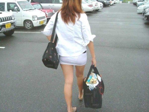 短いタイトスカートで透けパンする素人女子 (4)