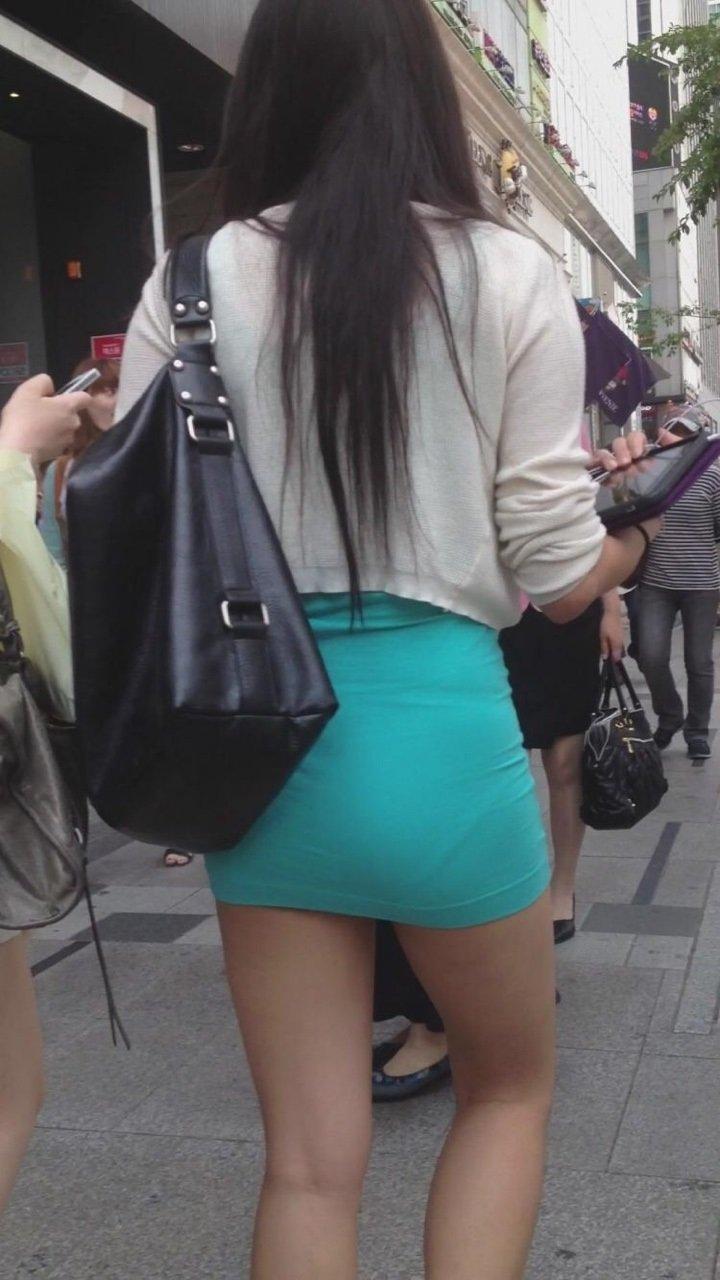 短いタイトスカートで透けパンする素人女子 (2)