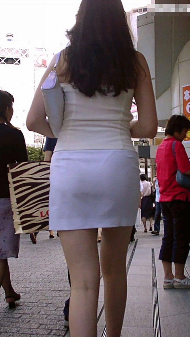 短いタイトスカートで透けパンする素人女子 (13)