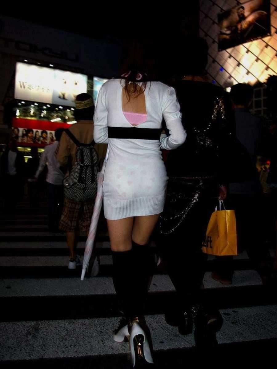 短いタイトスカートで透けパンする素人女子 (6)