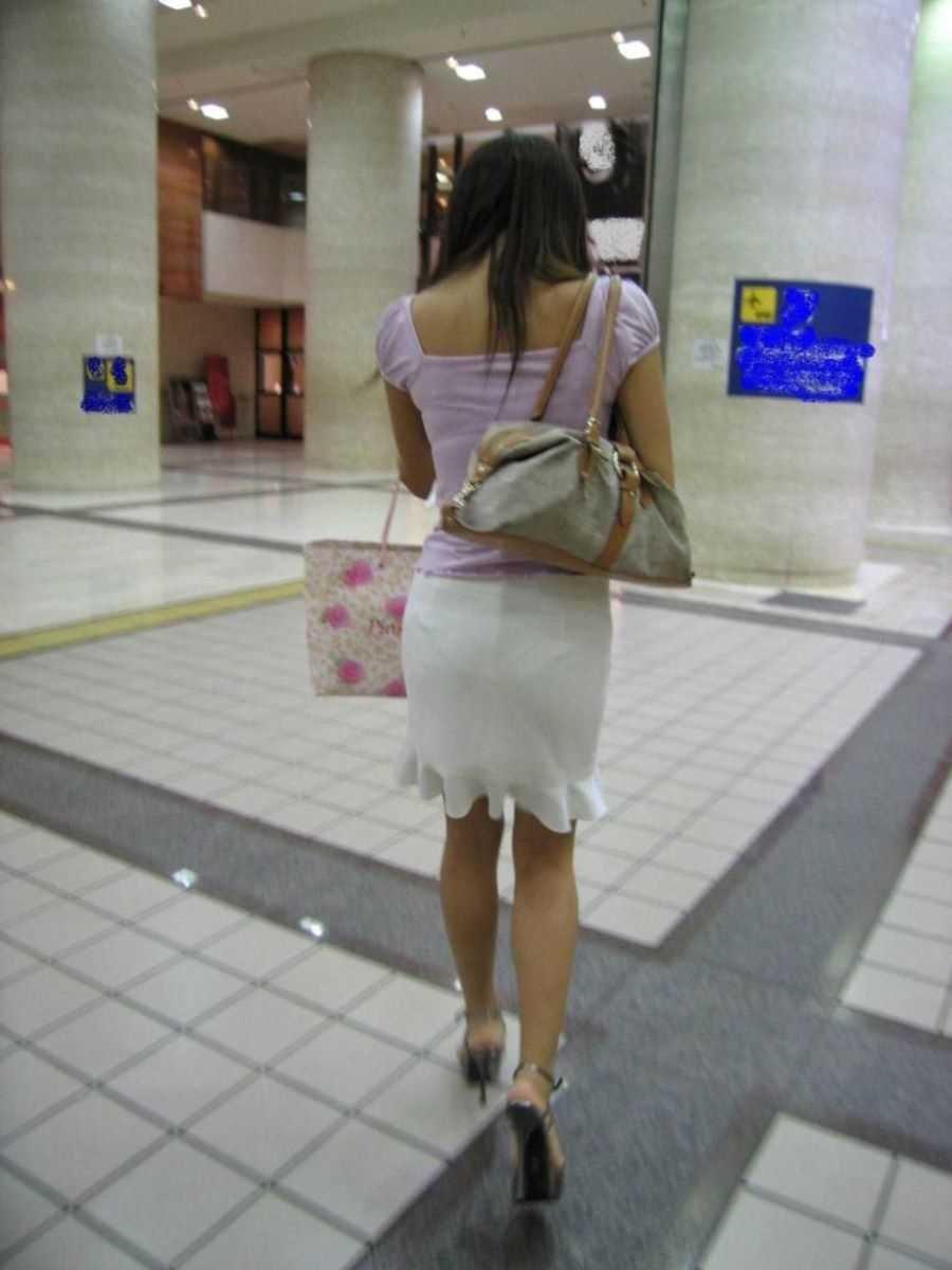 短いタイトスカートで透けパンする素人女子 (7)