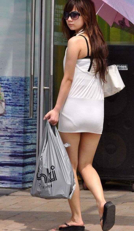 短いタイトスカートで透けパンする素人女子 (17)