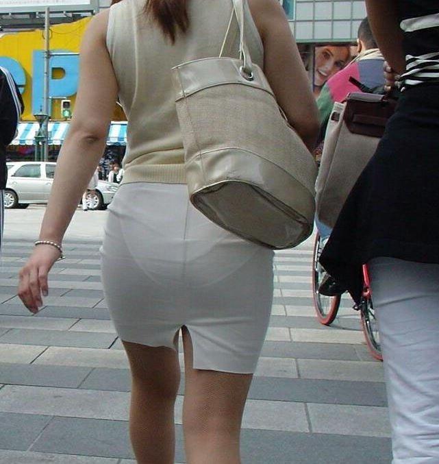 短いタイトスカートで透けパンする素人女子 (14)
