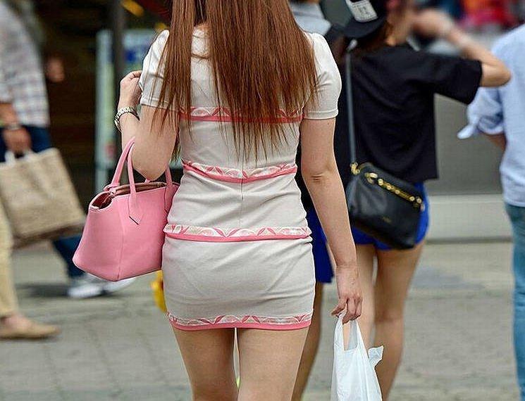 短いタイトスカートで透けパンする素人女子 (15)