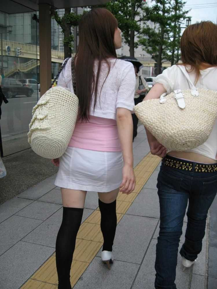 短いタイトスカートで透けパンする素人女子 (12)