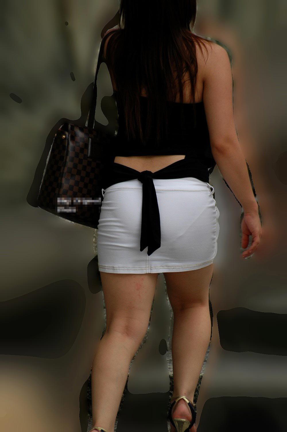 短いタイトスカートで透けパンする素人女子 (10)