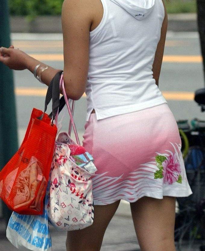 短いタイトスカートで透けパンする素人女子 (9)