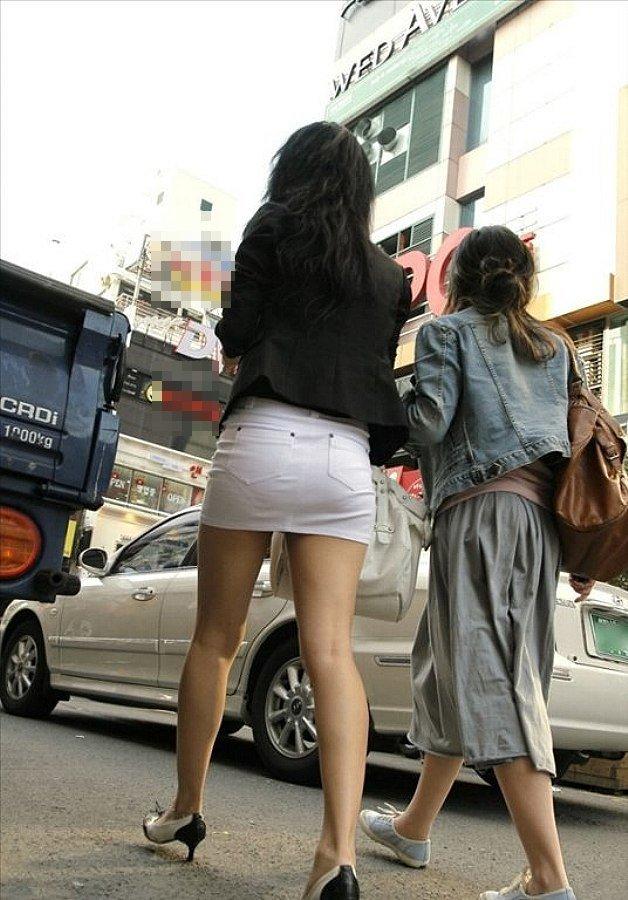 短いタイトスカートで透けパンする素人女子 (18)